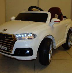 Дитячий електромобіль Audi Q7 O009OO