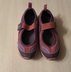 Τα παπούτσια είναι αθλητικά.