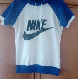 Un pulover nou, elegant, sport (Nike)