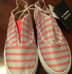 Νέα παπούτσια WAIKIKI