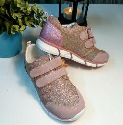 Ανδρικά παπούτσια για το κορίτσι.