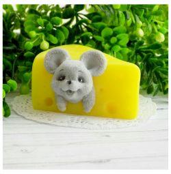 χειροποίητο ποντίκι σαπουνιού σε τυρί