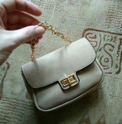 Маленькая сумочка, косметичка или клатч.