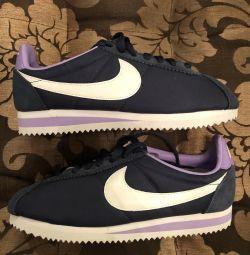 Τα πάνινα παπούτσια της Nike είναι καινούργια