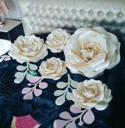 Flori pe un zid de hârtie