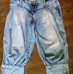 Pantaloni de denim.