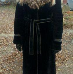 Muton blana cu vulpe de argint și pălărie ca un cadou