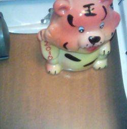 Monturi cu roți + o bancă de porci ca un cadou