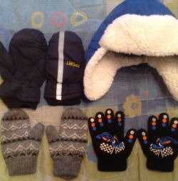 Дитяча шапка з рукавицями і рукавичками.