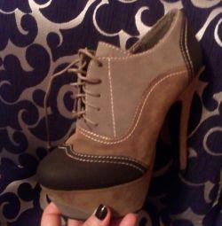 Cizmele sunt noi