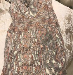 Όμορφη φόρεμα σχεδιαστή