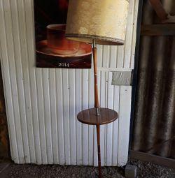 Lampa de podea cu masă. Muncitorul