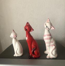 Set of cat figurines.