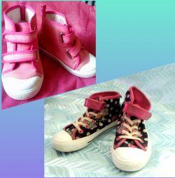 Взуття на дівчинку. Різна.