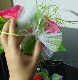 Flori pe mânerul unei mașini de nuntă