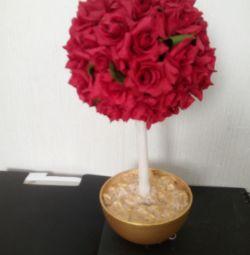 Topiară de trandafiri roșii