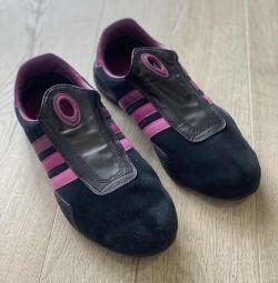 Нові кросівки Адідас