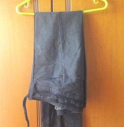 Без бретелек брюки открываются внизу, без среды