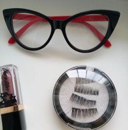 Gözlük, ruj, mıknatısların üzerindeki kirpikler.