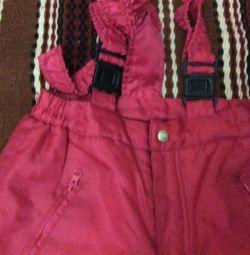 4-6 yaş arası bir çocuk için askılı sıcak pantolon