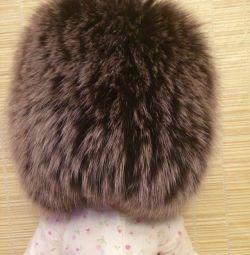 Pălărie de blană pe o țesătură tricotată
