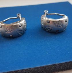 Νέα σκουλαρίκια με στρας.