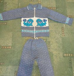 Κοστούμι και πουλόβερ.