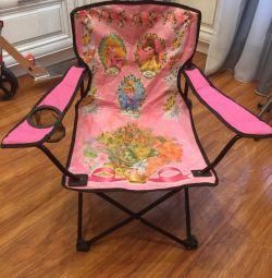 Η καρέκλα είναι παιδική