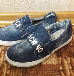 Продам новые кроссовки.
