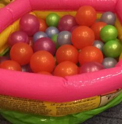 Dry pool with balls