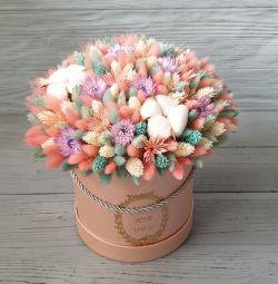 Şapka kutusunda kuru çiçekler.