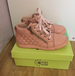 Kızlar için ayakkabı satıyorum