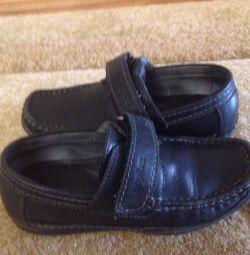 Pantofi noi pe băiat cu branț ortopedic