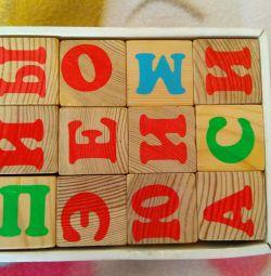 Cuburi de alfabet din lemn