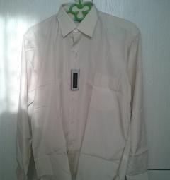Το νέο πουκάμισο είναι ανοιχτό μπεζ.