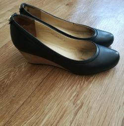 Pantofi de piele confortabili.