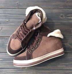 Τα ζεστά αθλητικά παπούτσια.
