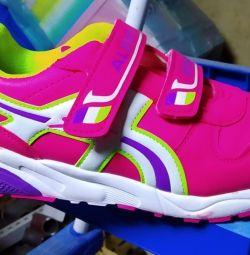 Νέα παπούτσια για το κορίτσι
