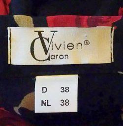 Bluza neagră cu trandafiri roșii, Vivien Caron.