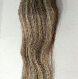 Μαλλιά νέα φυσική melirovanny στις φουρκέτες