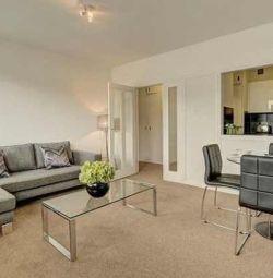 Un uimitor apartament cu dormitor CCTV, podele din lemn, furnir