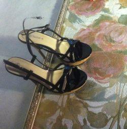 se îmbracă urgent-kastyum. sandale ca cadou nou