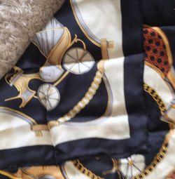 Voi vinde o eșarfă de mătase la modă pentru femei