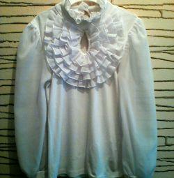 Ошатна шкільна блузка в подарунок брошка з страза