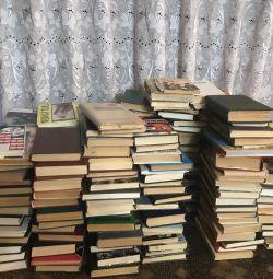 Дуже багато різних книг