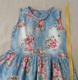 Kotların altında çiçek desenli elbise.