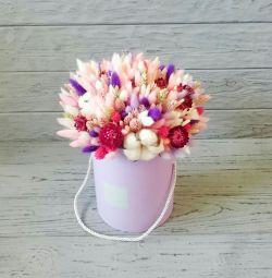 Şapka kutusunda kuru çiçekler buket.