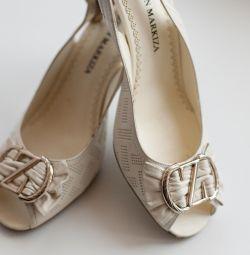Τα σανδάλια είναι φυσικά. Επιλογή γάμου.