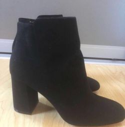 Kadın ayakkabısı siyahtır.