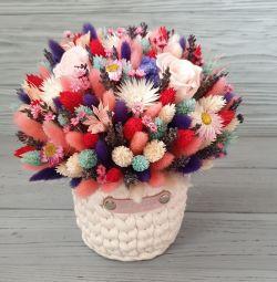 Ölmek üzere olan kuru çiçek buketleri.